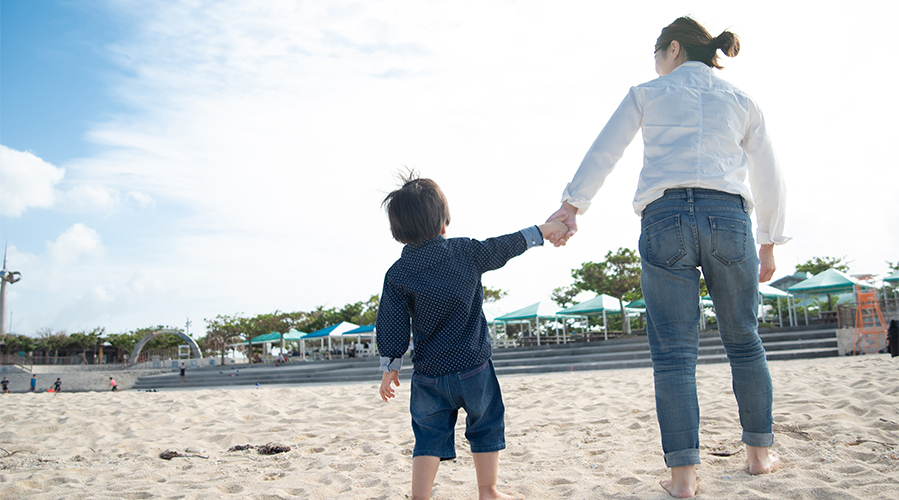 Mother and son playing on the beach; image used for HSBC 4 ways to save on an Okinawa holiday page.