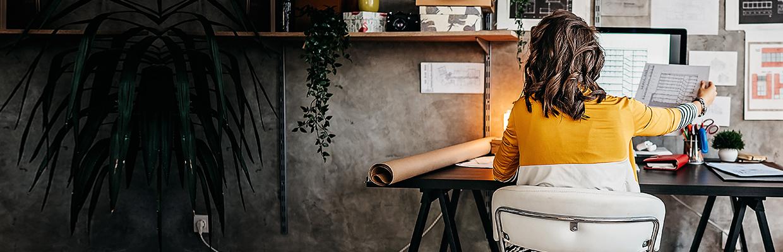 一位女士坐在電腦前做資料蒐集;圖片使用於滙豐One能投資講堂頁面。