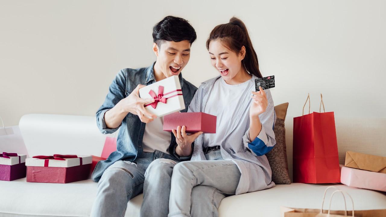 一對情侶開心地打開禮物盒; 圖片使用於滙豐台灣刷卡消費好禮活動的頁面。