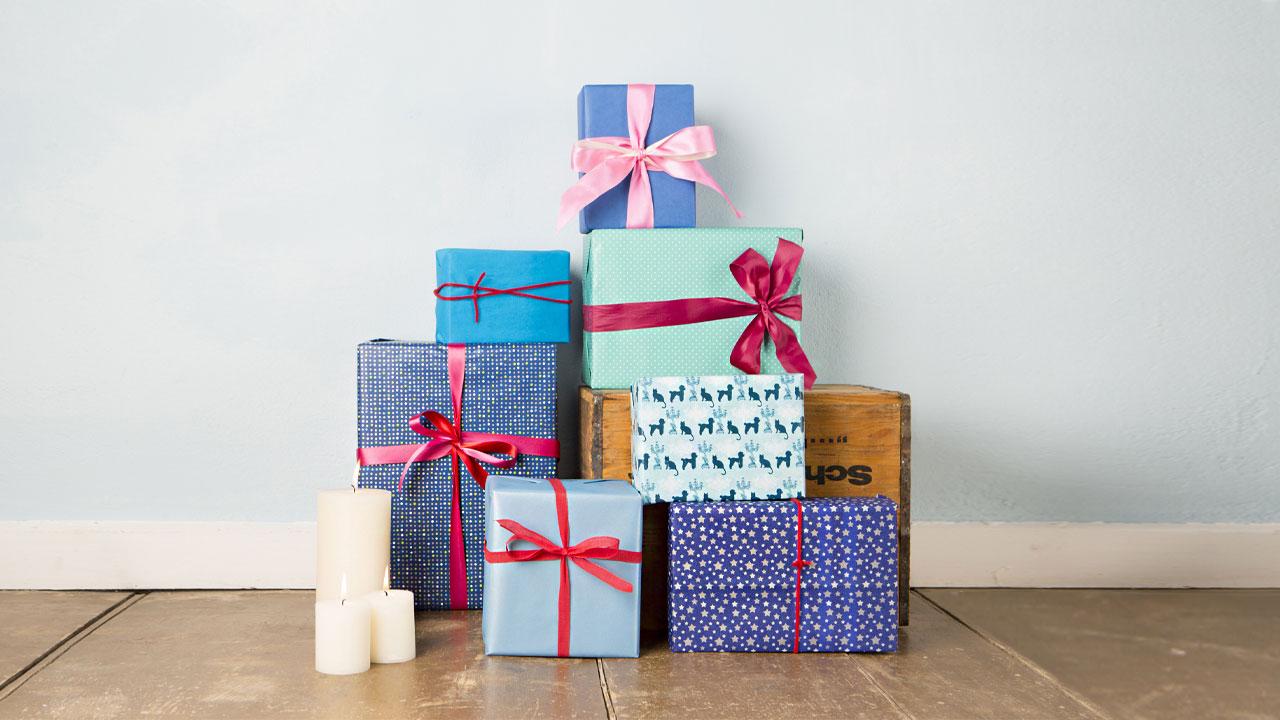 一些疊起的禮物盒