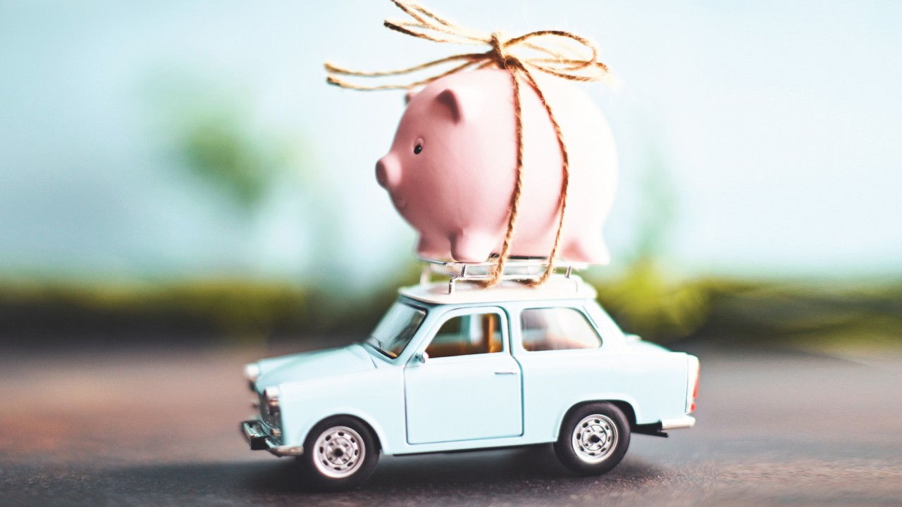 玩具小豬綁在模型車上; 圖片使用於滙豐台灣滙豐旅人卡專屬禮遇的頁面。