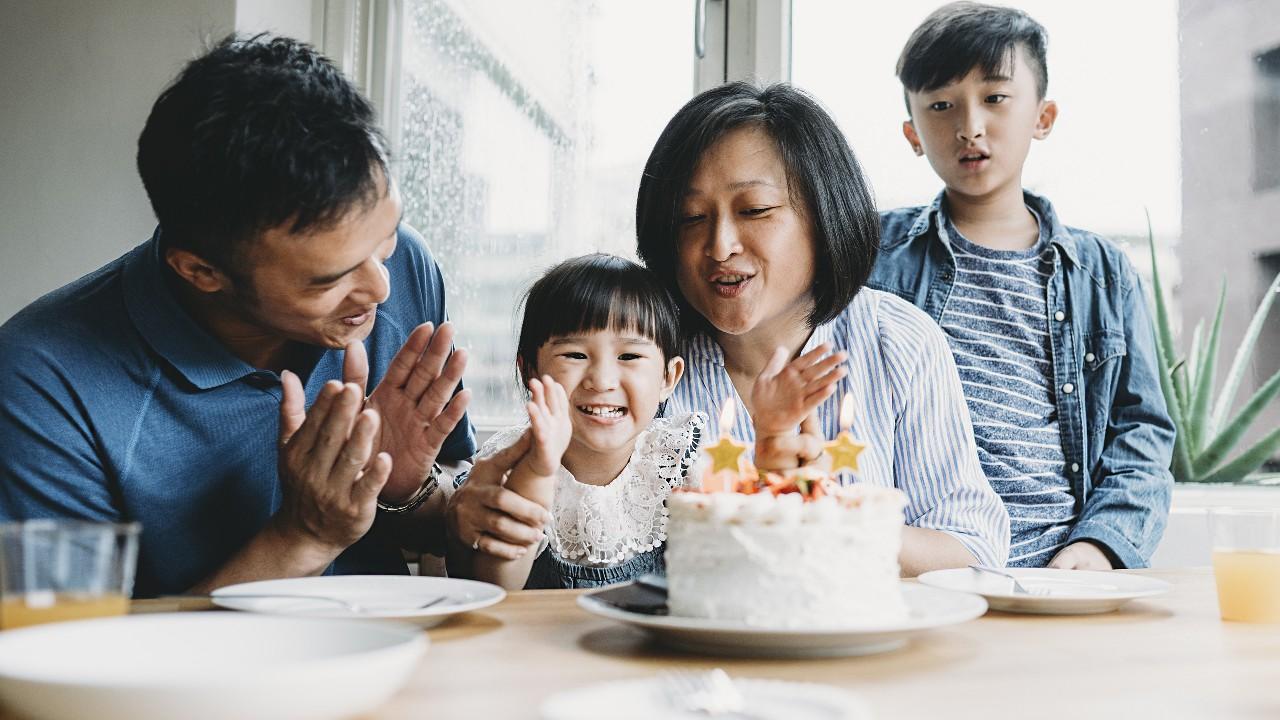 ー個家庭正在慶祝小女兒的生日;圖片使用於滙豐卓越理財20周年頁面。